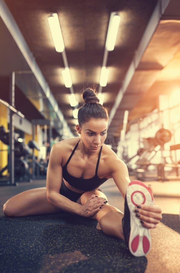 Θηλυκά πόδια τεντώματος στη γυμναστική στοκ φωτογραφία με δικαίωμα ελεύθερης χρήσης