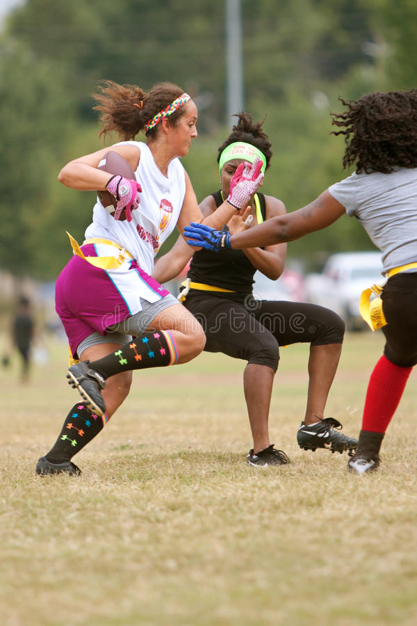 Θηλυκά τρεξίματα ποδοσφαιριστών σημαιών με τη σφαίρα στοκ φωτογραφία με δικαίωμα ελεύθερης χρήσης
