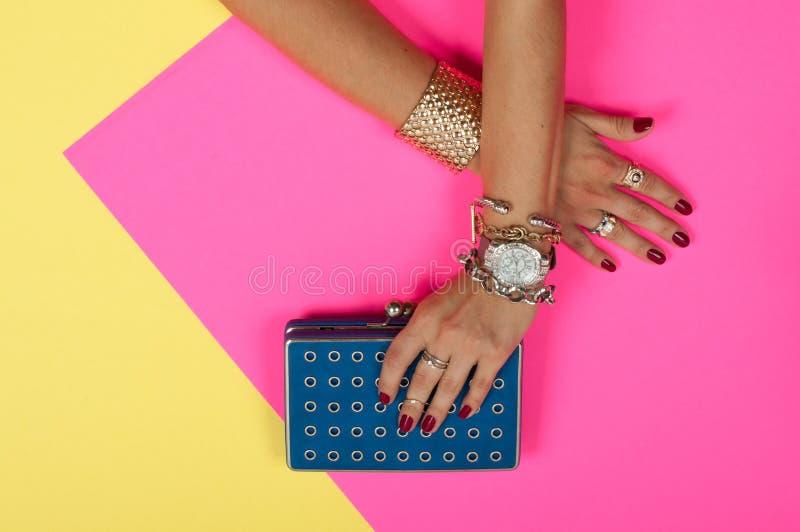 Θηλυκά χέρια με το κόσμημα Εξαρτήματα μόδας, wristwatches, βραχιόλια glamor στοκ εικόνες με δικαίωμα ελεύθερης χρήσης