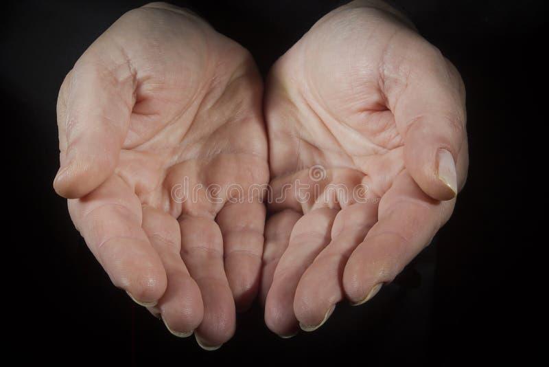 Θηλυκά χέρια με χειροπέδες στοκ εικόνα