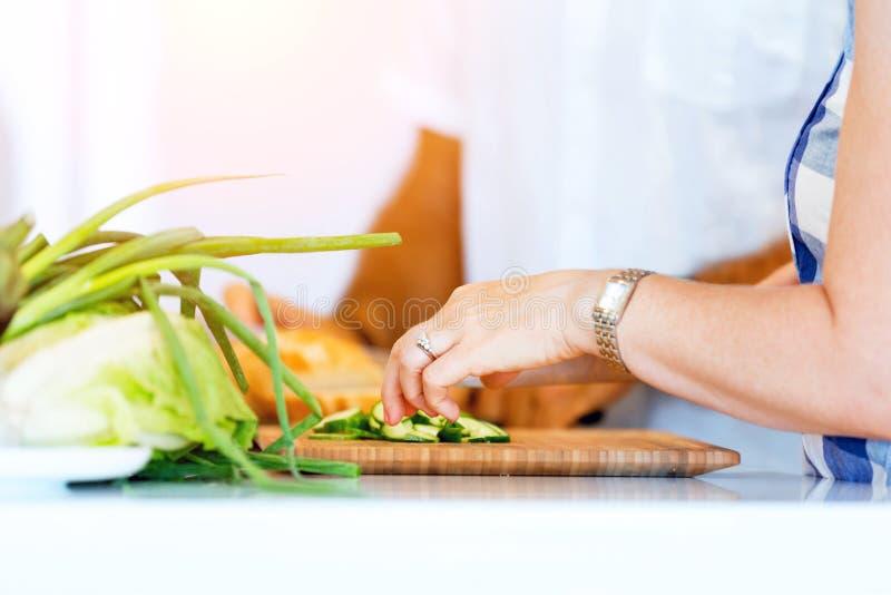 Θηλυκά χέρια που κόβουν το ψωμί στοκ φωτογραφίες με δικαίωμα ελεύθερης χρήσης