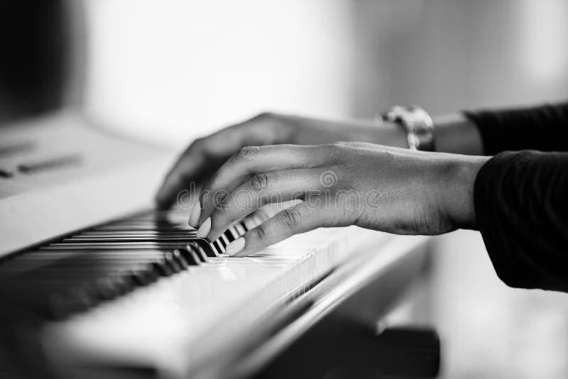 Θηλυκά χέρια που παίζουν το πιάνο στοκ φωτογραφίες με δικαίωμα ελεύθερης χρήσης