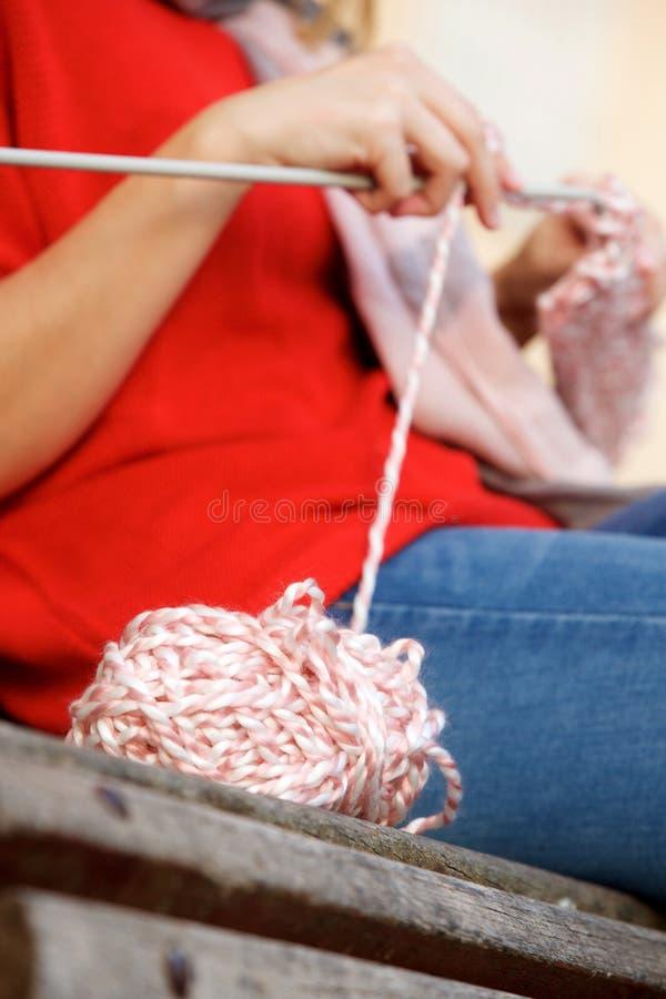 Θηλυκά χέρια που πλέκουν το πουλόβερ στοκ φωτογραφίες