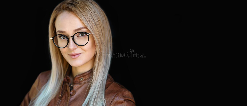 Θηλυκά Eyeglasses, πορτρέτο της όμορφης χαμογελώντας νέας γυναίκας που φορά το μαύρο μοντέρνο οπτικό πλαίσιο γυαλιών σχεδίου στοκ φωτογραφίες