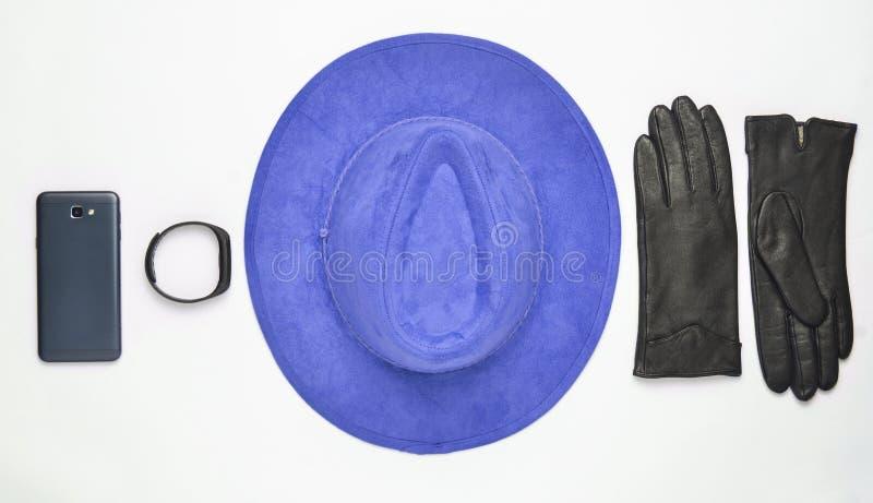 Θηλυκές εξαρτήματα και συσκευές σε ένα άσπρο υπόβαθρο Καπέλο, γάντι στοκ εικόνα με δικαίωμα ελεύθερης χρήσης