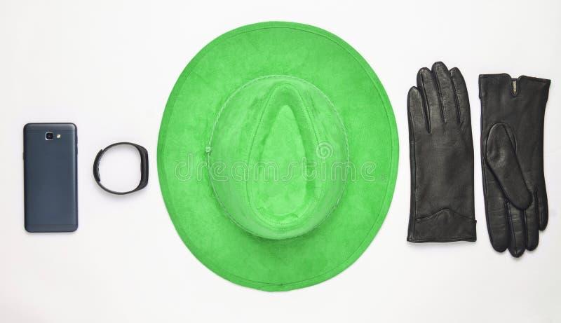 Θηλυκές εξαρτήματα και συσκευές σε ένα άσπρο υπόβαθρο Καπέλο, γάντι στοκ φωτογραφίες με δικαίωμα ελεύθερης χρήσης