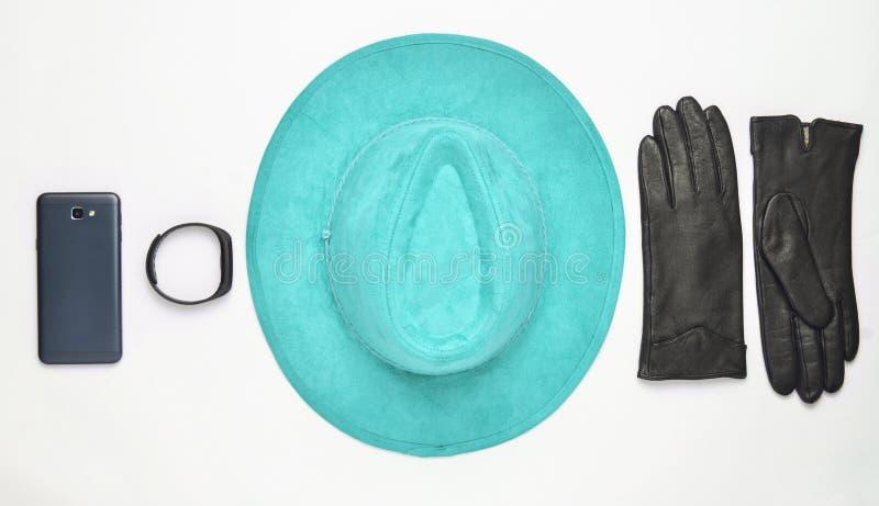 Θηλυκές εξαρτήματα και συσκευές σε ένα άσπρο υπόβαθρο Καπέλο, γάντι στοκ φωτογραφία