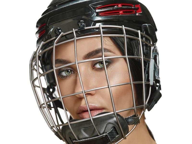 Θηλυκές κράνος και μάσκα παικτών χόκεϋ στενές επάνω στοκ φωτογραφία με δικαίωμα ελεύθερης χρήσης