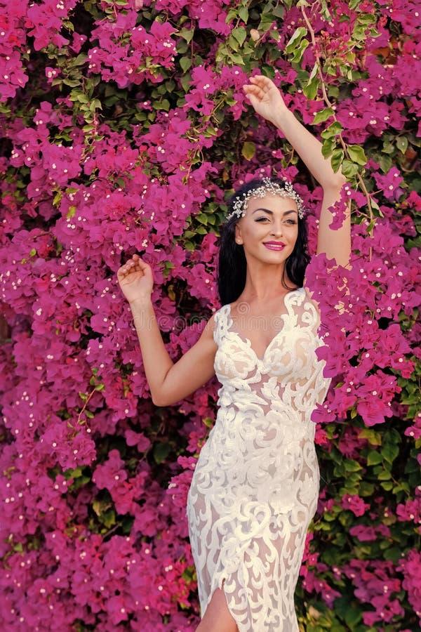 Θηλυκές μόδα, ομορφιά και έννοια διαφημίσεων Ευτυχής γυναίκα στην τιάρα και το γαμήλιο φόρεμα στοκ εικόνα
