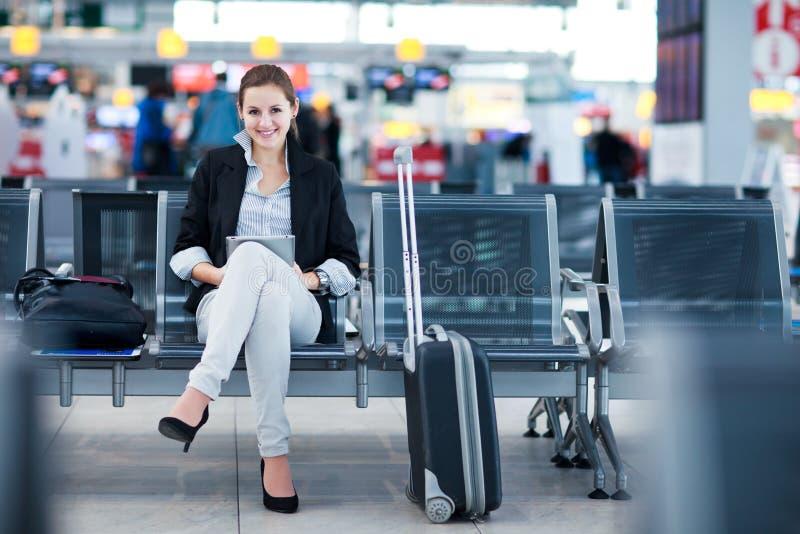 θηλυκές νεολαίες επιβατών αερολιμένων στοκ εικόνα με δικαίωμα ελεύθερης χρήσης