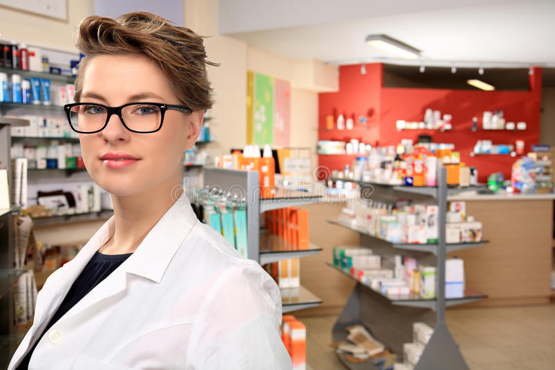 θηλυκές νεολαίες φαρμακοποιών στοκ εικόνα
