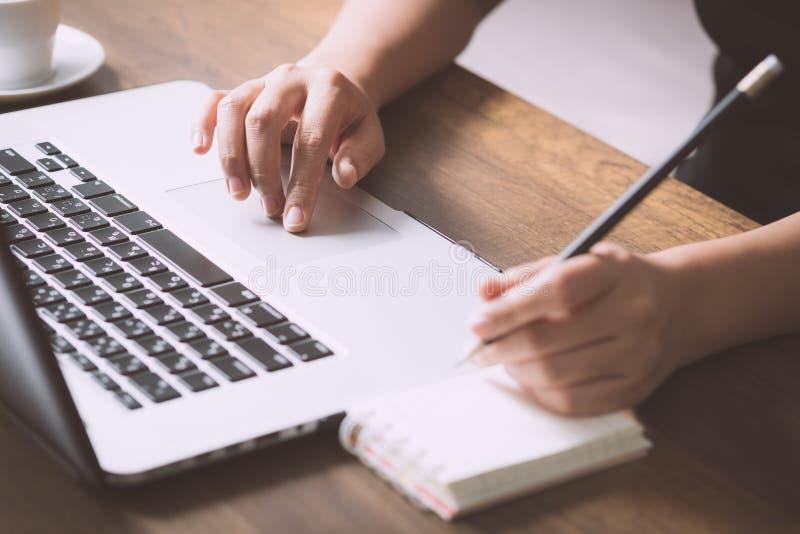 Θηλυκές πληροφορίες γραψίματος για χαρτί στον εργασιακό χώρο στοκ φωτογραφία