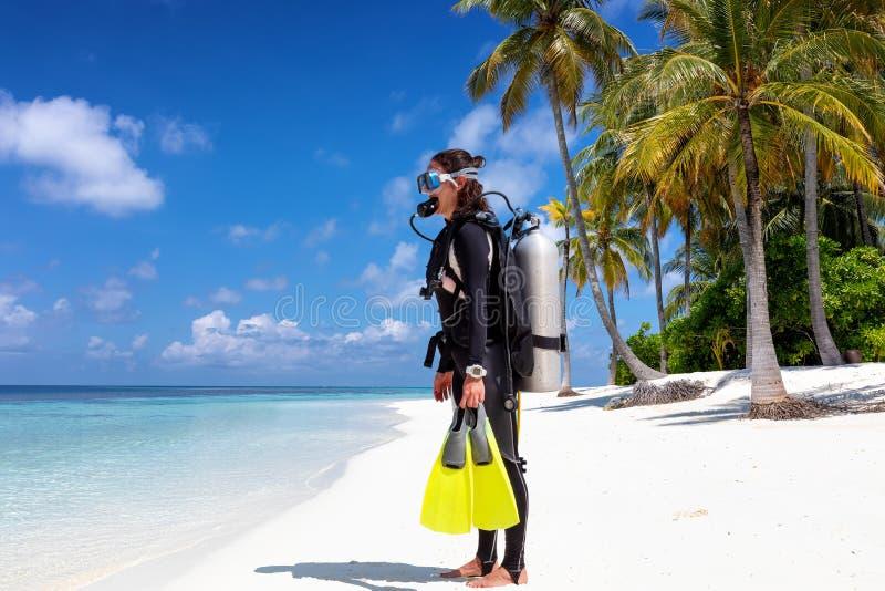 Θηλυκές στάσεις δυτών σκαφάνδρων σε μια τροπική παραλία στοκ εικόνες