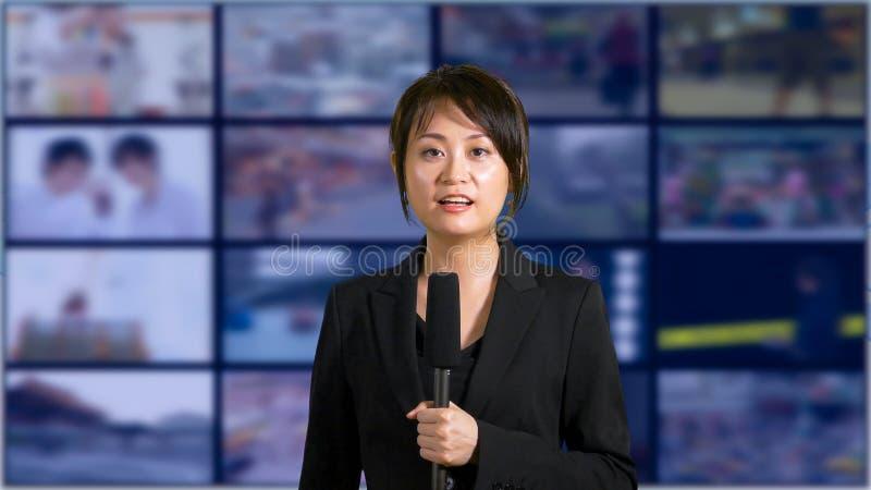 Θηλυκή άγκυρα ειδήσεων στο στούντιο στοκ εικόνες με δικαίωμα ελεύθερης χρήσης