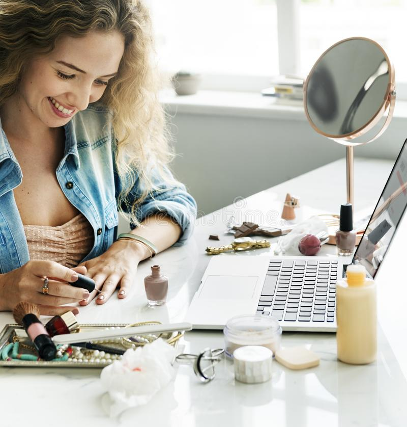 Θηλυκή έννοια lap-top χαμόγελου μανικιούρ στοκ φωτογραφίες