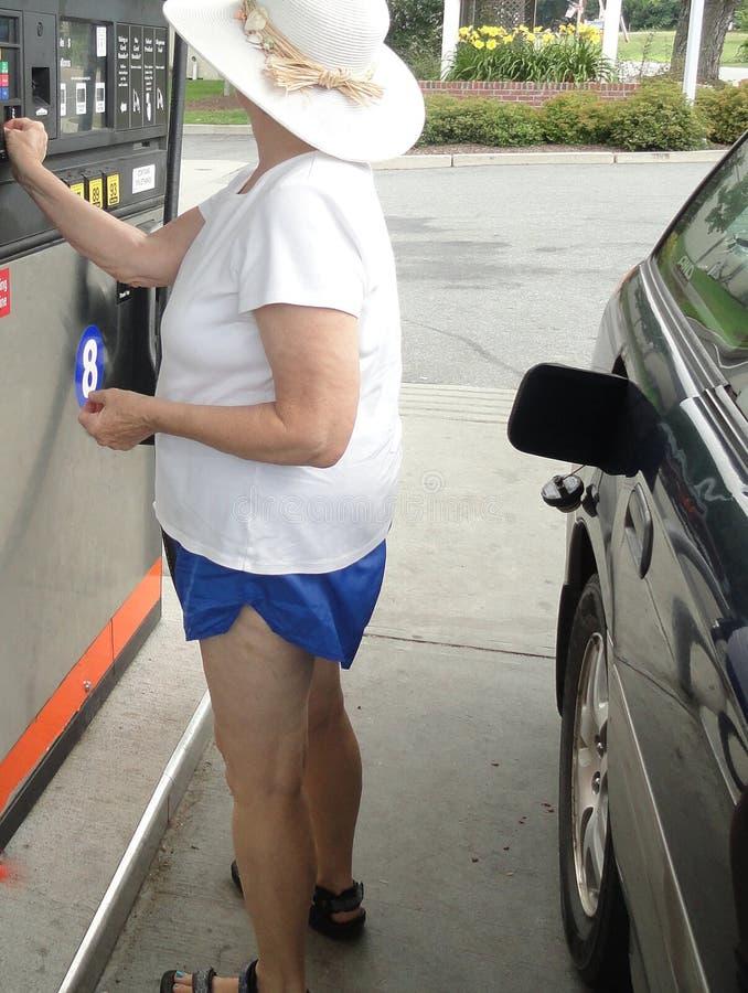 Θηλυκή αντλώντας βενζίνη στοκ φωτογραφία