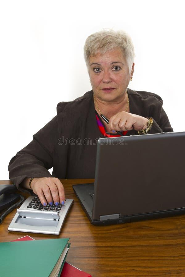 Θηλυκή ανώτερη εργασία στην αρχή στοκ φωτογραφία