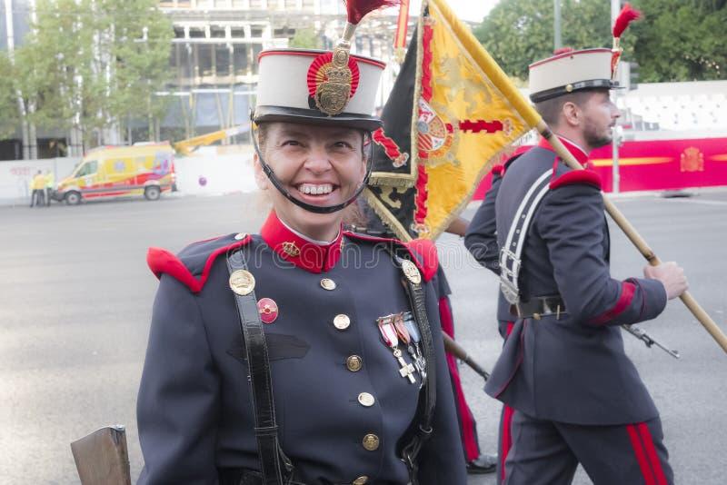 Θηλυκή βασιλική φρουρά που μιλά στους φωτογράφους στοκ εικόνα με δικαίωμα ελεύθερης χρήσης