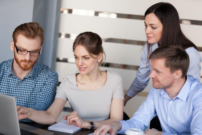 Θηλυκή διδασκαλία αρχηγών ομάδας που εξηγεί το σε απευθείας σύνδεση πρόγραμμα στην επιχείρηση στοκ εικόνες με δικαίωμα ελεύθερης χρήσης