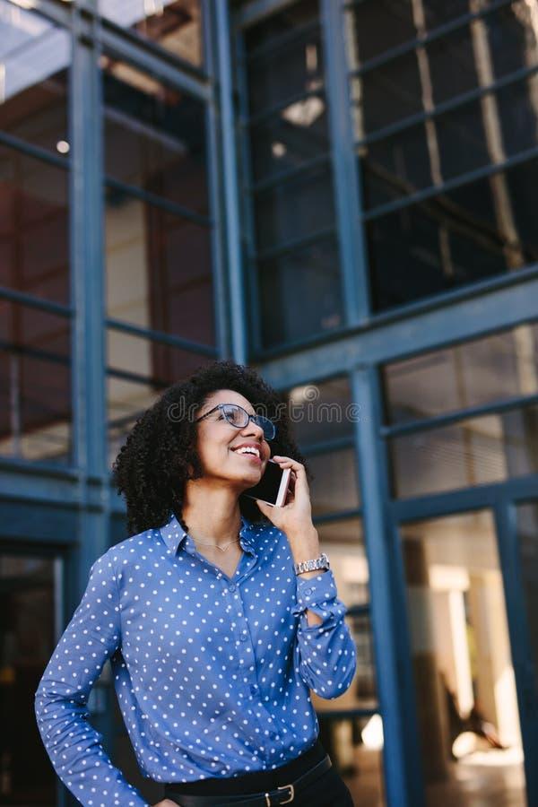 Θηλυκή εκτελεστική ομιλία στο τηλέφωνο κυττάρων στοκ φωτογραφία