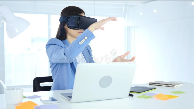 Θηλυκή επιχειρηματίας που φορά τα γυαλιά εικονικής πραγματικότητας στην αρχή χρησιμοποίηση vr της κάσκας προστατευτικών διόπτρων στοκ φωτογραφία με δικαίωμα ελεύθερης χρήσης