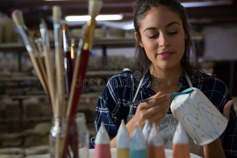 Θηλυκή κούπα ζωγραφικής αγγειοπλαστών στοκ εικόνες με δικαίωμα ελεύθερης χρήσης