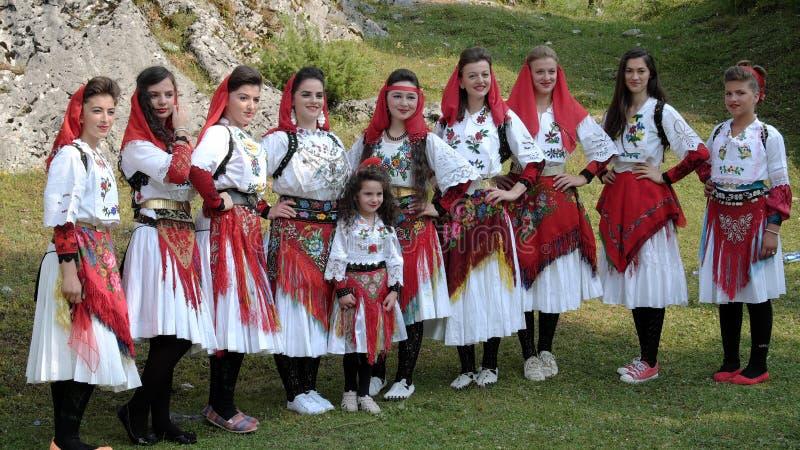 Θηλυκή λαϊκή τοποθέτηση ομάδας με τα ζωηρόχρωμα παραδοσιακά κοστούμια του Α στοκ φωτογραφία με δικαίωμα ελεύθερης χρήσης