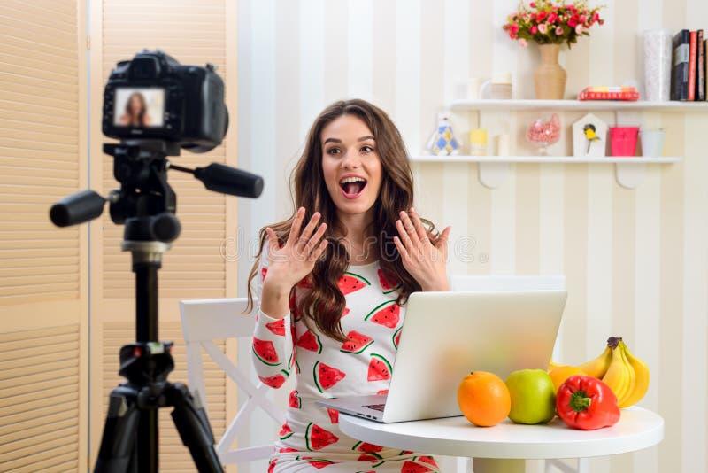 Θηλυκή μαγνητοσκόπηση blogger ένα βίντεο στοκ εικόνες