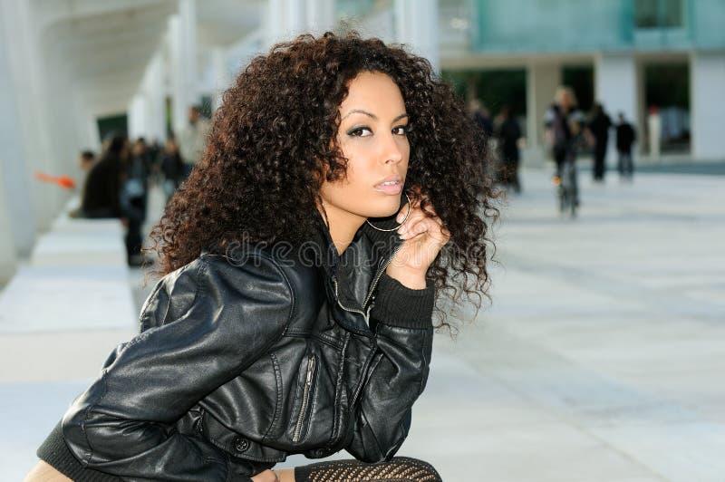 θηλυκή πρότυπη συνεδρίαση μόδας πάγκων μαύρη στοκ εικόνα