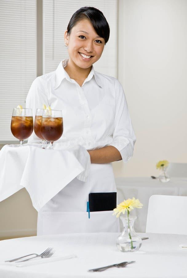 θηλυκή σερβιτόρα δίσκων π&o στοκ εικόνες
