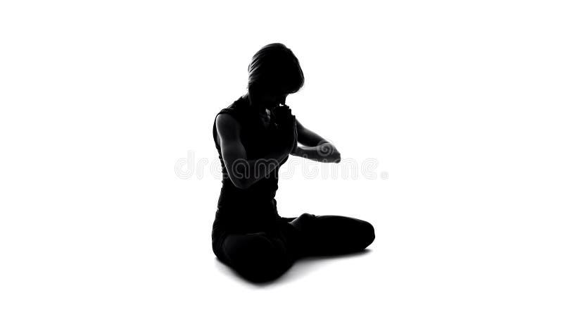 Θηλυκή σκιά που κάνει namaste τη χειρονομία, πνευματική πρακτική, zen συναίσθημα αρμονίας στοκ φωτογραφία με δικαίωμα ελεύθερης χρήσης