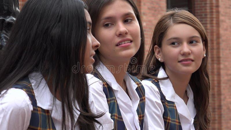 Θηλυκή συνεδρίαση Teens από κοινού στοκ φωτογραφίες
