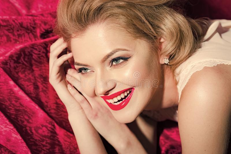Θηλυκή σύνθεση Προκλητική νέα όμορφη γυναίκα στοκ εικόνα