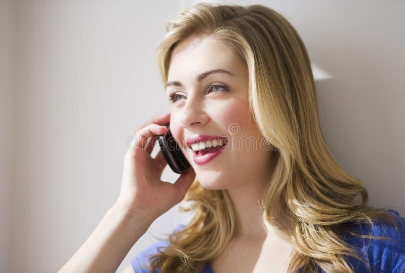 Download θηλυκή τηλεφωνική ομιλί&alpha Στοκ Εικόνα - εικόνα από δέρμα, εύθυμος: 13175235