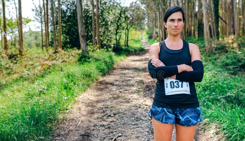 Θηλυκή τοποθέτηση αθλητών ιχνών με τον αριθμό αγώνων στοκ εικόνες
