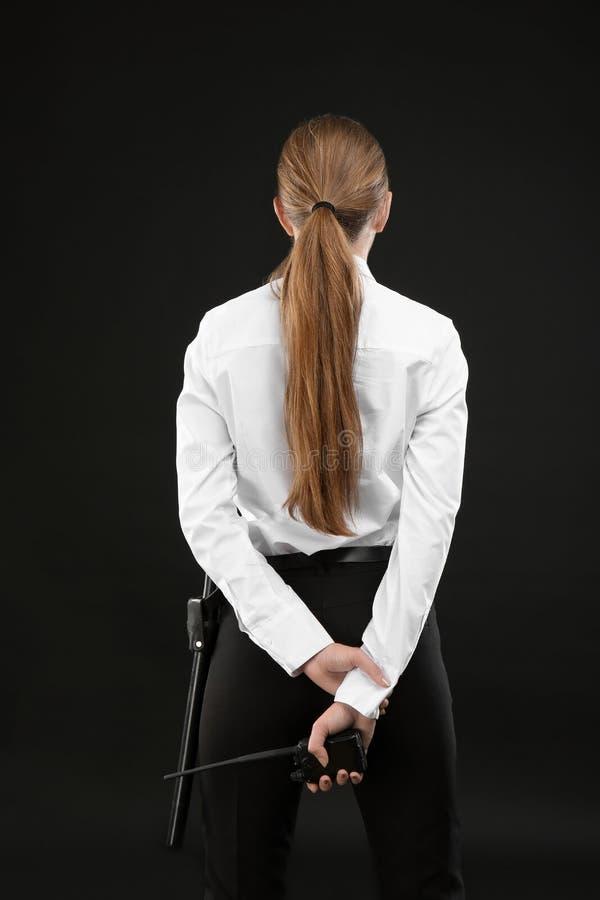 Θηλυκή φρουρά ασφάλειας με τη φορητή ραδιο συσκευή αποστολής σημάτων στοκ φωτογραφία