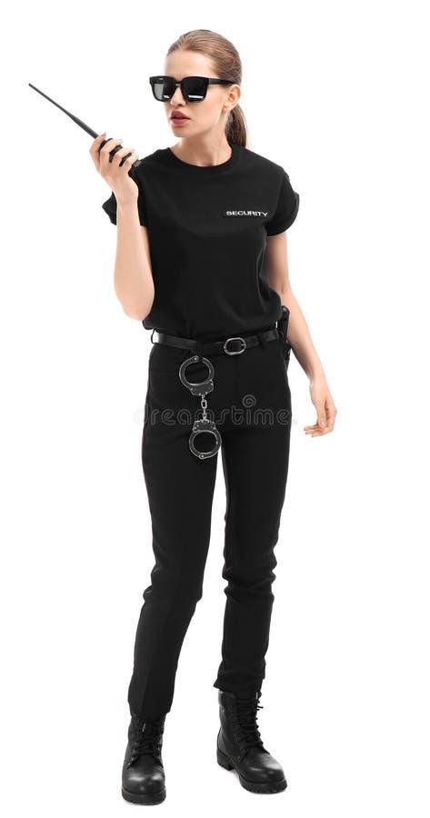 Θηλυκή φρουρά ασφάλειας που χρησιμοποιεί τη φορητή ραδιο συσκευή αποστολής σημάτων στοκ εικόνα