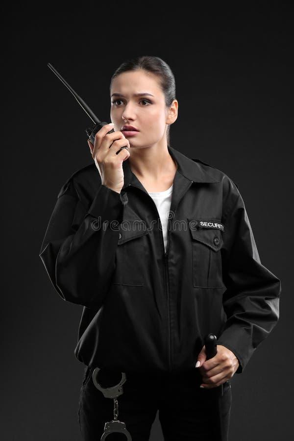 Θηλυκή φρουρά ασφάλειας που χρησιμοποιεί τη φορητή ραδιο συσκευή αποστολής σημάτων στοκ φωτογραφία με δικαίωμα ελεύθερης χρήσης