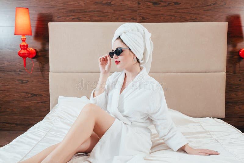Θηλυκή χαλάρωση μπουρνουζιών πολυτέλειας ομορφιάς care spa στοκ φωτογραφία με δικαίωμα ελεύθερης χρήσης