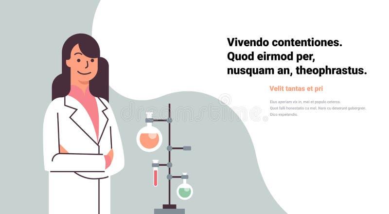 Θηλυκοί επιστήμονες που απασχολούνται στο εργαστήριο που κάνει dropper σωλήνων ερευνητικής δοκιμής τα πειράματα χημικών ουσιών με απεικόνιση αποθεμάτων