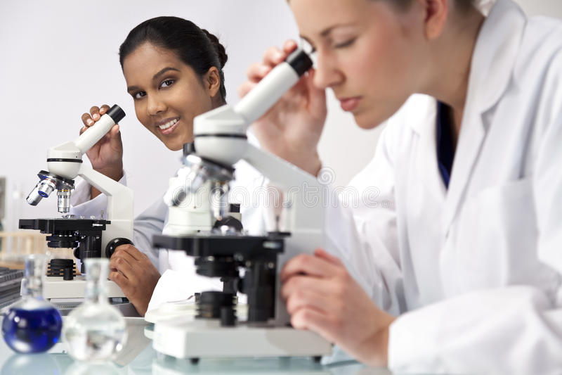 θηλυκοί επιστήμονες laborator &gamma στοκ εικόνα