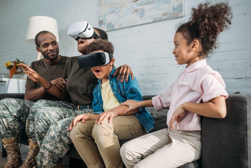Θηλυκοί και αρσενικοί στρατιώτες αφροαμερικάνων και τα παιδιά τους στοκ εικόνα με δικαίωμα ελεύθερης χρήσης