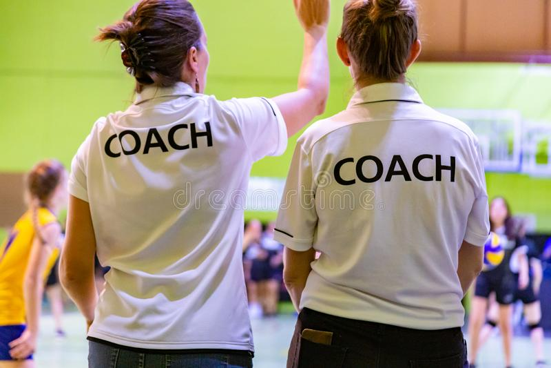 Θηλυκοί προπονητές στο άσπρο πουκάμισο ΛΕΩΦΟΡΕΙΩΝ στοκ εικόνες