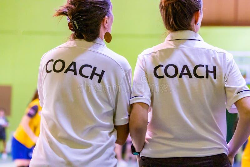 Θηλυκοί προπονητές στο άσπρο πουκάμισο ΛΕΩΦΟΡΕΙΩΝ στοκ φωτογραφία με δικαίωμα ελεύθερης χρήσης