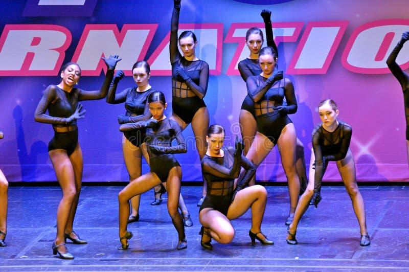 Θηλυκοί χορευτές που αποδίδουν στο θέατρο στοκ εικόνα με δικαίωμα ελεύθερης χρήσης