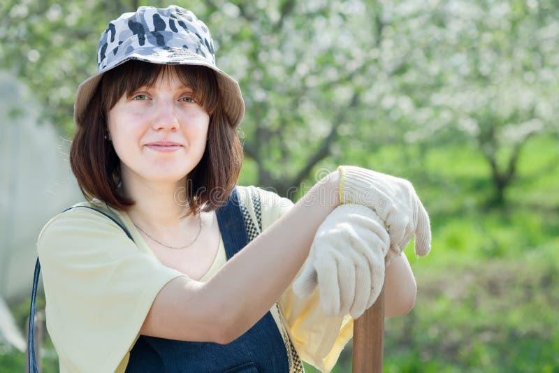 Θηλυκός αγρότης με το φτυάρι στοκ εικόνες