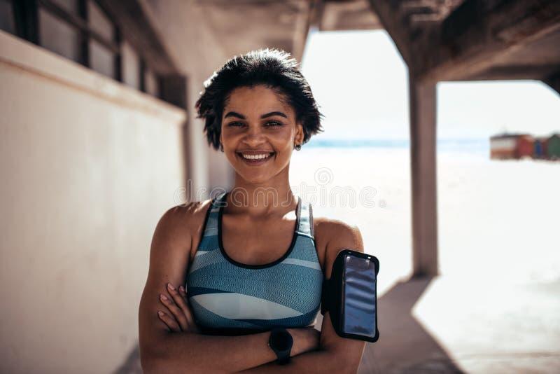 Θηλυκός αθλητής που παίρνει ένα σπάσιμο μετά από την περίοδο άσκησης στοκ φωτογραφίες