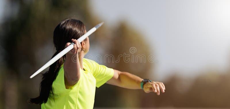 Θηλυκός αθλητής που ρίχνει ένα ακόντιο στοκ εικόνες με δικαίωμα ελεύθερης χρήσης