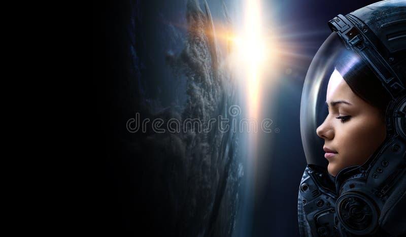 Θηλυκός αστροναύτης στο διάστημα στην τροχιά πλανητών στοκ φωτογραφία με δικαίωμα ελεύθερης χρήσης