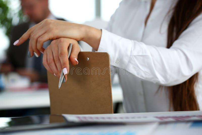 Θηλυκός βραχίονας στην ασημένια μάνδρα και το μαξιλάρι λαβής κοστουμιών στοκ εικόνες με δικαίωμα ελεύθερης χρήσης